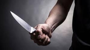 Homem sobe em cima da companheira e tenta matá-la com socos e facadas