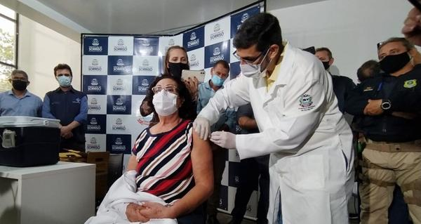 Enfermeira de 64 anos é a primeira pessoa a receber vacina contra Covid em Sorriso