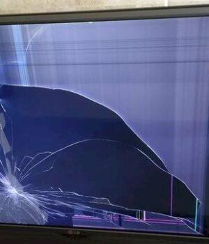 Não aceitando o fim do relacionamento, homem quebra TV
