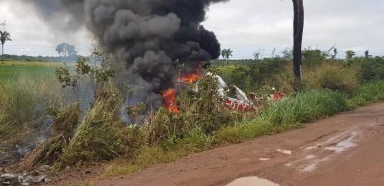 Avião com 4 passageiros cai e explode em fazenda de MT; dois morrem queimados