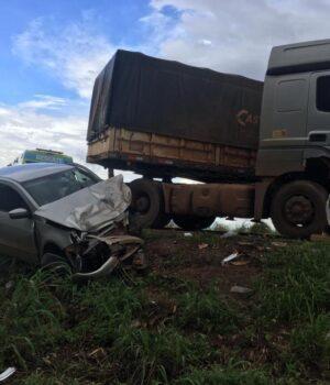 Colisão entre carro e Bitrem deixa três feridos