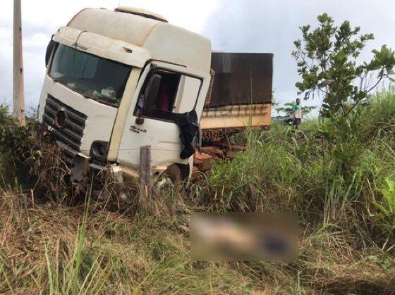 Caminhoneiro perde controle de caminhão, sai da pista e morre em MT