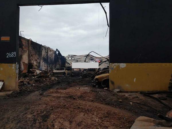 Homem tenta invadir barracão em chamas e diz que incêndio é criminoso