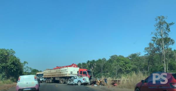 Acidente entre duas carretas e carro na BR-163 em Sorriso deixa três pessoas gravemente feridas