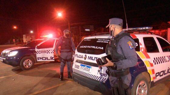 Criminosos sequestram mulher e trocam tiros com a PM; um é preso