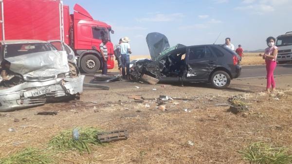Três pessoas morrem após grave acidente entre dois veículos na BR-364