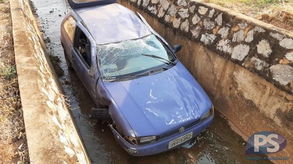 Homem desmaia após carro cair em vala em Sorriso