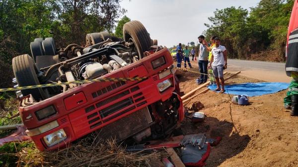Carreta tomba às margens de rodovia em Sinop e motorista morre
