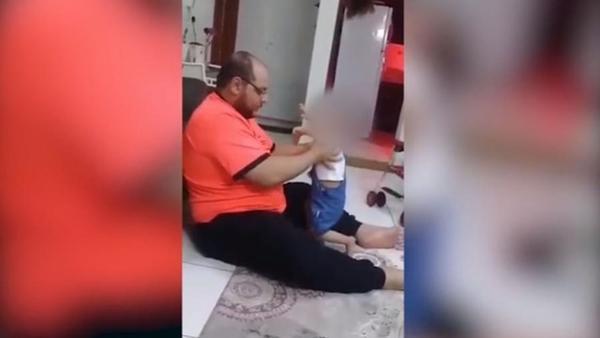 Pai é preso por agredir criança que não conseguia ficar em pé sozinha