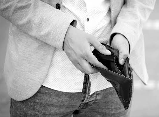 Homem compra Iphone, em loja, no nome de amigo, não paga nenhuma parcela, troca aparelho e vai embora para o Paraná