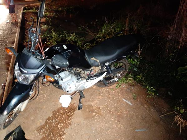 Três pessoas ficam feridas em colisão entre duas motos na Claudino Frâncio