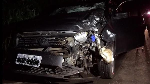 Motociclista faz ultrapassagem em curva, bate em carro e morre