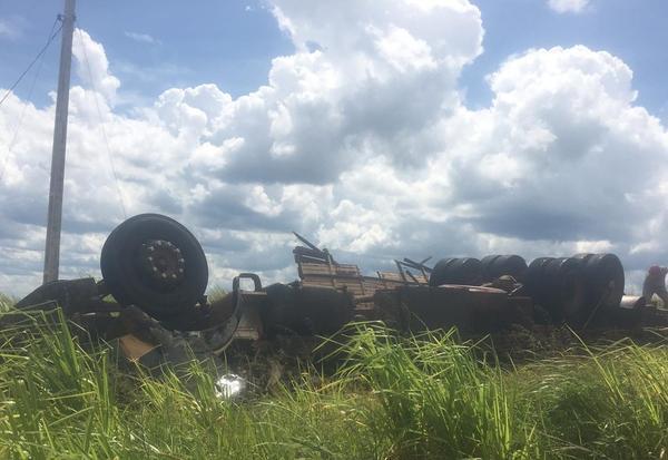 Motorista e animais morrem após caminhão carregado de gado tombar