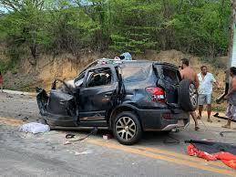 Quatro pessoas da mesma família morrem após carro bater contra caminhão na BR-116, em Itaobim
