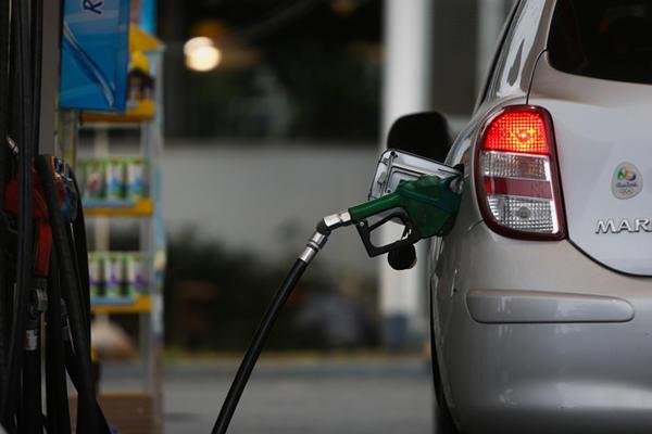 Queda no preço dos combustíveis anunciadas pelo governo não chega nas bombas.