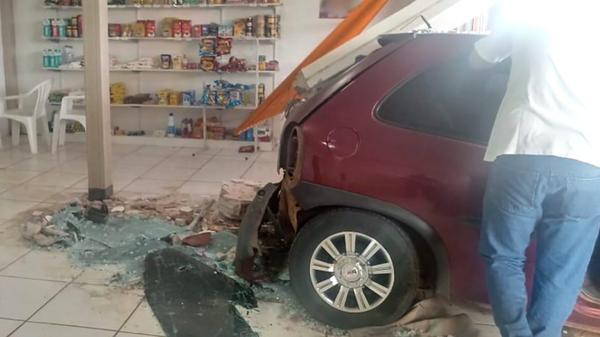 Carro sai de avenida e atinge parede de panificadora em Sinop