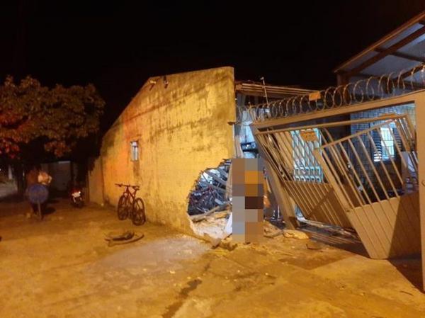Veículo colide contra muro residência