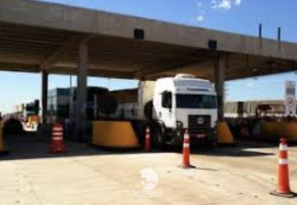 Caminhão colide com estrutura da praça de pedágio na BR 163 em Nova Mutum a Lucas do Rio Verde