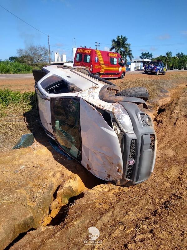 Mulher perde controle e picape capota em estrada de chão em MT