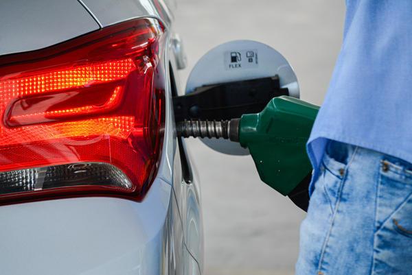 Preço do etanol começa a cair nas bombas e já chega a R$ 3,00 nos postos da Capital