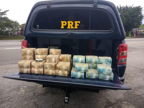 PRF acha cerca de R$ 2,5 milhões escondidos dentro de carro em SP