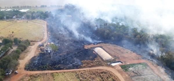 Área é devastada pelo fogo em fazenda próximo ao pedágio da BR 163; Bombeiros e caminhões-pipa combatem o incêndio