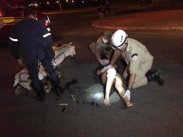Duas pessoas ficam feridas em colisão entre motos na Avenida Blumenau
