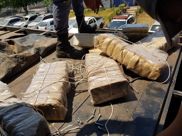 Motorista é preso com quase 200 kg de cocaína em fundo falso de caminhão