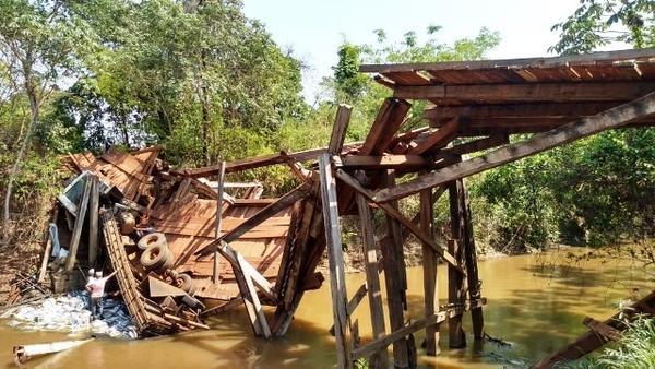 Caminhoneiro erra estrada e veículo cai em ponte interditada