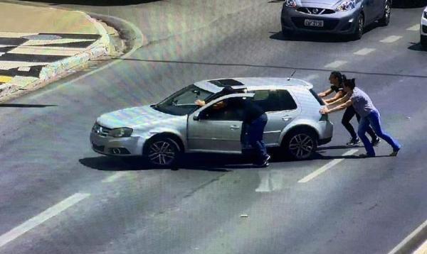 Policiais socorrem mãe e filha com carro estragado em Avenida